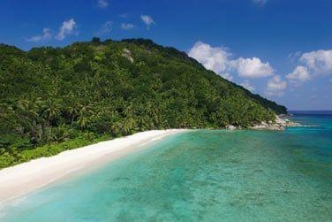 Entre longue plage de sable blanc...
