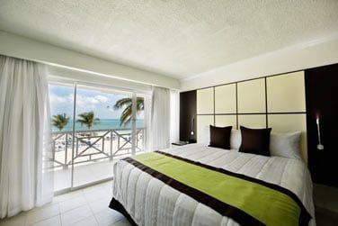 Les chambres confortables offrent une belle vue sur la mer ou le jardin
