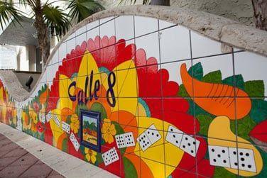 A chaque coin de rue, découvrez de magnifiques fresques murales...