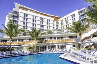 Un hôtel situé à Lake Pancoast, face à la plage de Miami Beach