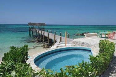 ... situé au bord de ce superbe lagon turquoise