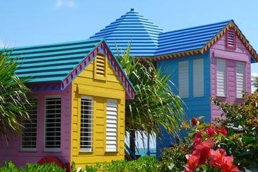 Les chambres se trouvent dans de charmants bungalows colorés