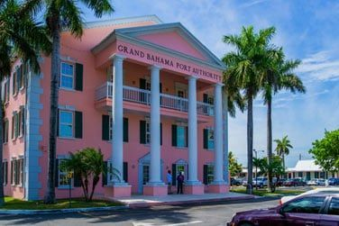 Découvrez l'architecture coloniale et colorée de Grand Bahama Island
