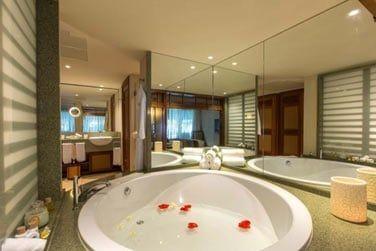 La salle de bain de la suite Deluxe avec sa grande baignoire