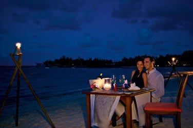 Partagez un moment romantique lors d'un dîner privé sur la plage