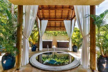 Détendez-vous dans l'un des jacuzzi du spa
