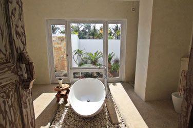 Les salles de bain sont très spacieuses et offrent un espace extérieur
