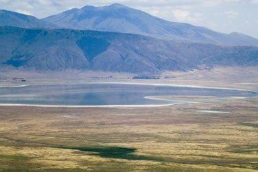 Découvrez de somptueux paysages mêlant montagnes, lacs et savane...