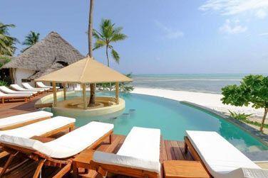 Détendez-vous au bord de la piscine et profitez de la belle vue sur la plage