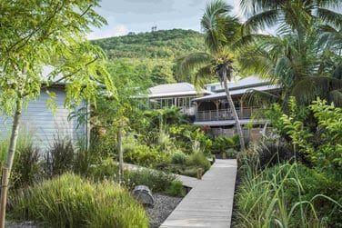 Découvrez les suites de l'hôtel parsemées au coeur de ce jardin luxuriant