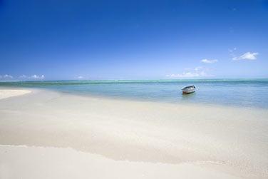 Plage de sable blanc, lagon turquoise, soleil généreux...