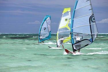 De nombreux sports nautiques sont possibles sur l'île tels que planche à voile...