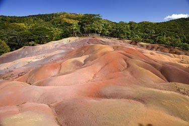 De nombreux sites touristiques sont à découvrir tels que la terre des 7 couleurs de Chamarel
