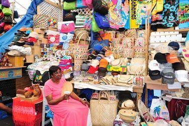 Achetez quelques souvenirs artisanaux au marché
