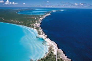 Le Glass Window Bridge séparant l'océan Atlantique (bleu foncé) et la mer des Caraïbes (bleu turquoise)