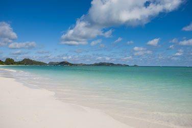 Au bord de la magnifique plage d'Anse Volbert au sable fin et aux eaux turquoises