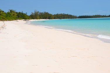 Où vous trouverez également de splendides plages de sable blanc et même rose...