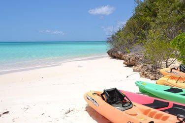 Un éblouissant lagon bleu turquoise que vous pourrez partir explorer en kayak, en palmes...