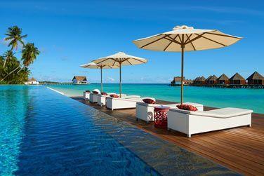 Une piscine et des transats face au lagon...