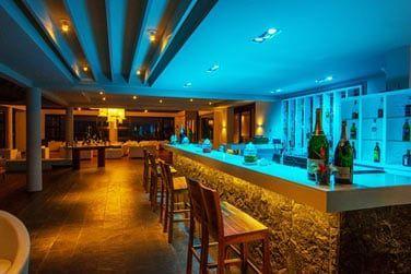 Sirotez des cocktails créatifs dans une ambiance lounge