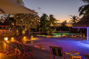 Le soir une atmosphère plus zen et élégante s'installe au bord de la piscine...