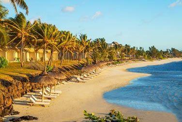La plage est aménagée pour vous permettre de vous détendre confortablement