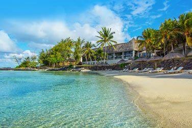 Bordé par une superbe plage de sable blanc...