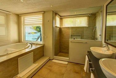Salle de bain avec jacuzzi de la suite junior