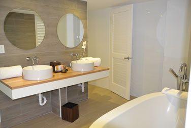 Les salles de bain sont modernes et bien équipées.