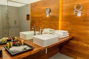 Une salle de bain bien équipée.