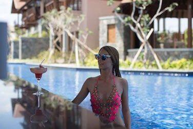 Le Swim-up Bar pour déguster vos cocktails depuis la piscine.