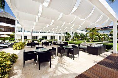 L'espace Lounge à côté de la piscine