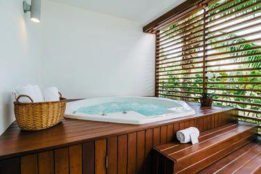 Le bain à remous des Suites 2 chambres
