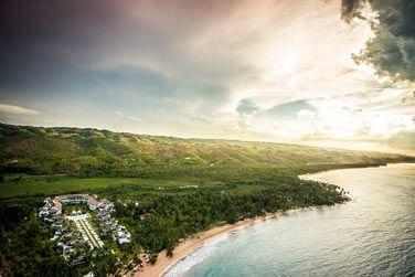 La vue aérienne de l'hôtel au coucher du soleil