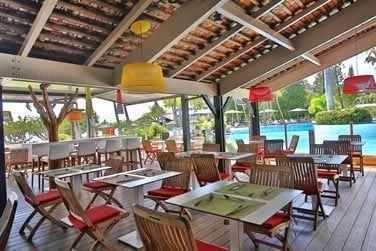 Restaurant La Route des Epices au bord de la piscine