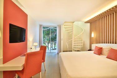 et la chambre, qui donne sur les jardins tropicaux