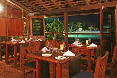 Le superbe restaurant Le Zawag est complètement intégré à la végétation ...