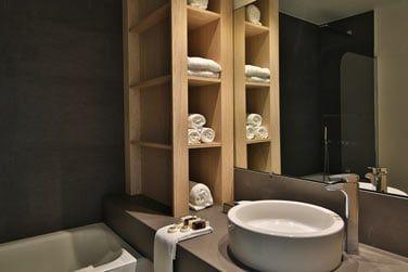 La salle de bains élégante et épurée