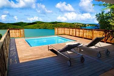 Terrasse aménagée avec transats et piscine privée de la chambre Master