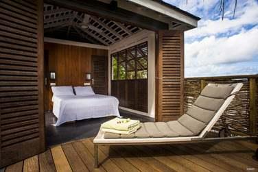 Terrasse avec transat de la chambre Master avec piscine