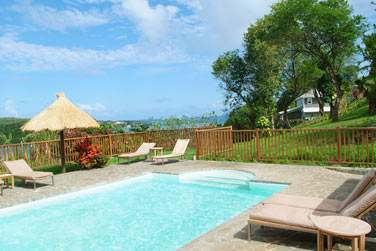 Venez vous relaxer au bord de la piscine principale de l'établissement