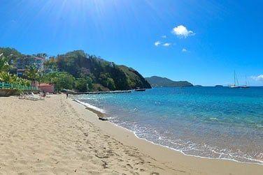 L'hôtel est bordé par une belle plage dorée...