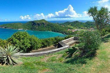Explorez la nature luxuriatne de l'île lors d'une randonnée
