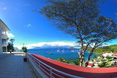 ...offrant une vue exceptionnelle sur la mer et la Guadeloupe