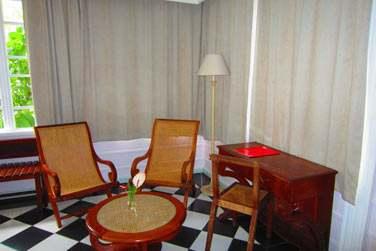 Le petit coin salon de la chambre dans la maison créole