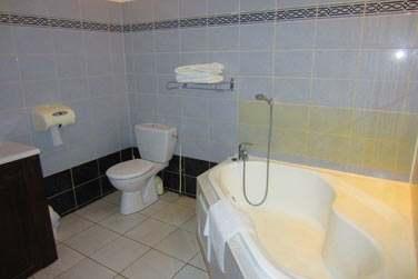 La salle de bain de la chambre côté maison créole