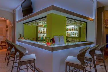Le Tropical Bar vous propose une très belle carte de cocktails dans un cadre musical