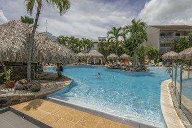 Une piscine idéale pour petits et grands avec jets d'eau, nage à contre-courant...