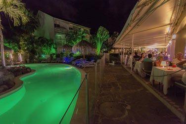 Le restaurant donne sur le jardin et la piscine
