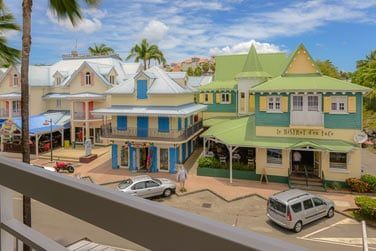 Certaines chambres offrent une vue sur les maisons colorées du village créole